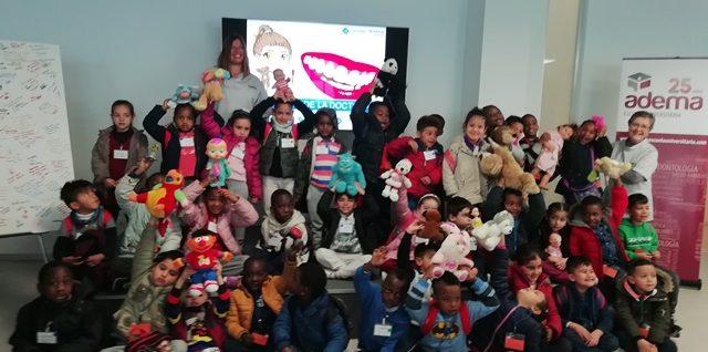 Casi un centenar de estudiantes de 4 y 5 años pierden el miedo al dentista y aprenden consejos de salud bucodental y de nutrición en el Hospital de la Doctora Smiles ADEMA